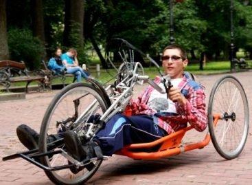 У Бродах діти з інвалідністю зустрілись із неповносправним веломандрівником